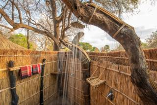 Remote-Africa-Safaris_open-air-showers.jpg