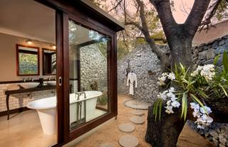 andBeyond-Ngala-Safari-lodge-Bathroom.jpg